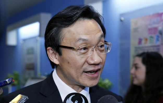 Macau govt considers keeping casino smoking lounges
