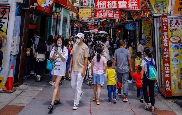 May break average daily Macau arrivals more than 33,000